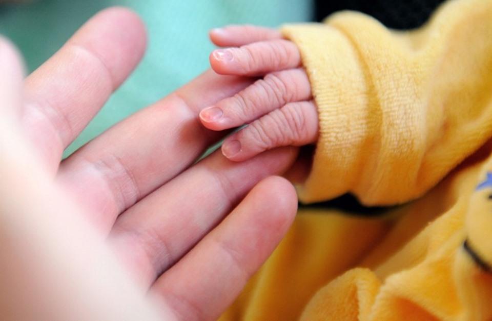 """بالصور.. أصغر رضيع في العالم يحقق """"المعجزة"""" ويغادر المستشفى"""