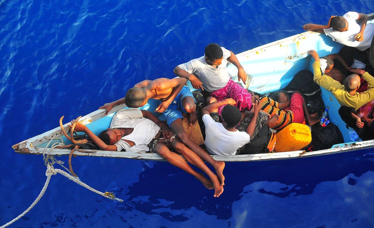 """لاجئون من غزة في اليونان: نسكن خيمةً في غابة.. ونأكل """"رزّ ناشف"""""""