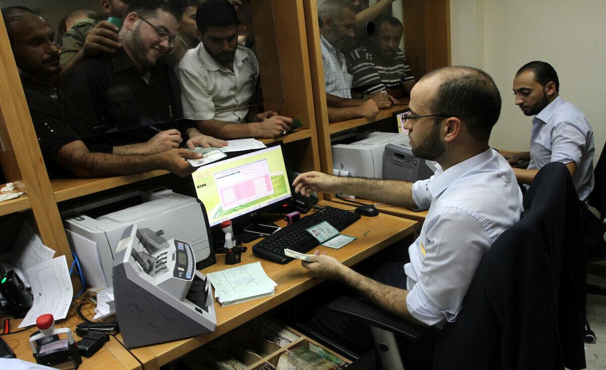 """""""المالية"""" بغزة تصرف مستحقات سابقة لتصحيح """"التوجيهي"""""""