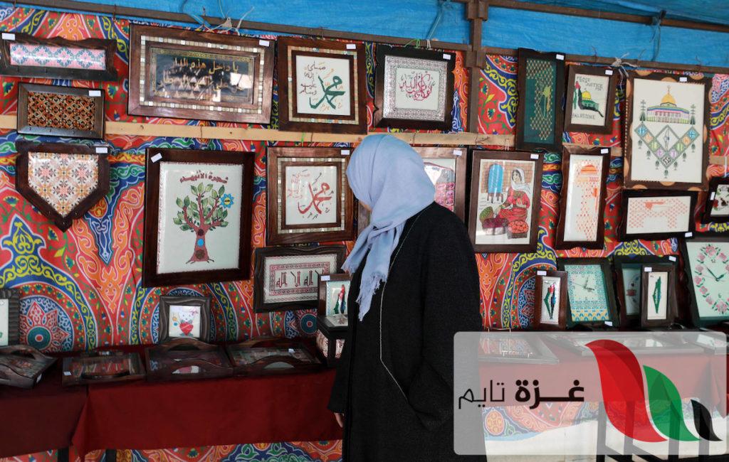 من خلف القضبان.. أنامل ناعمة بغزة تنسج تحفا فنية