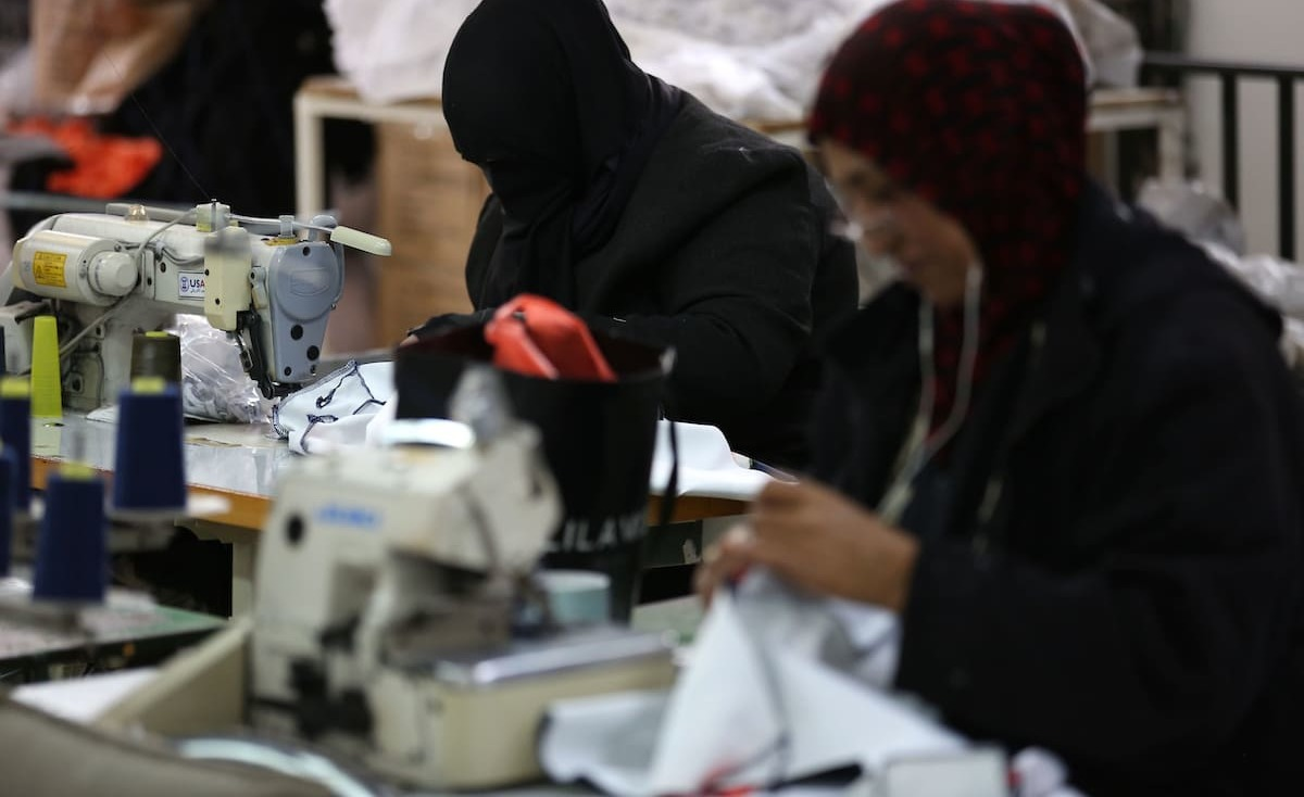 الخياطة.. مهنة ينعشها الفقر والبطالة في غزة