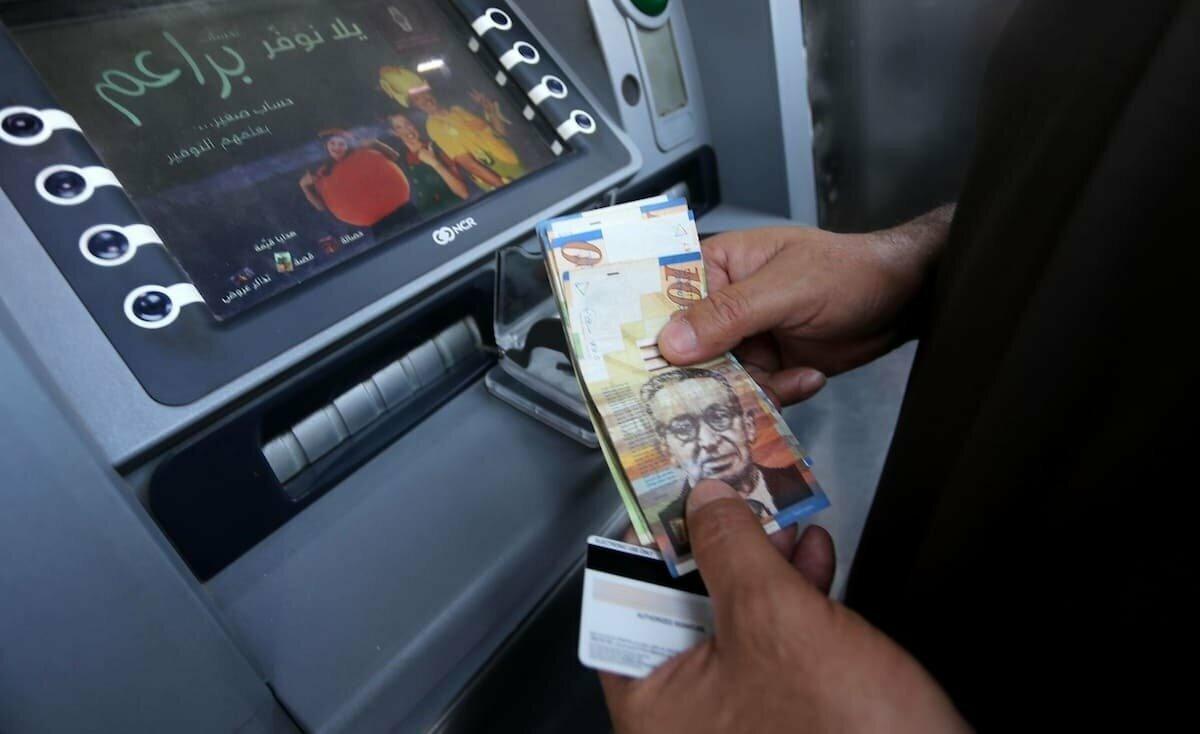 المالكي يُفجر مفاجأة بشأن رواتب موظفي السلطة