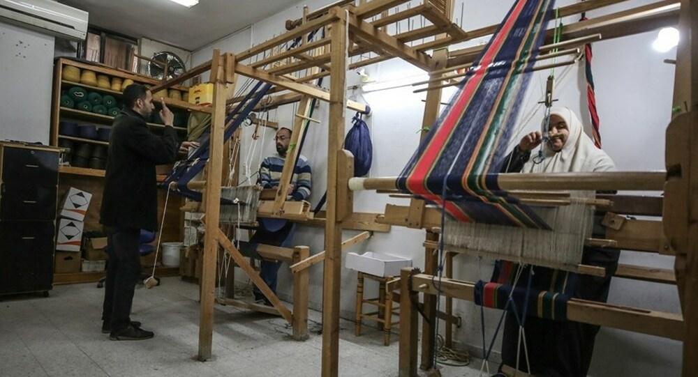 """بعيداً عن ضجيج """"النول"""".. صمّ غزة يستمتعون بصناعة البُسط"""