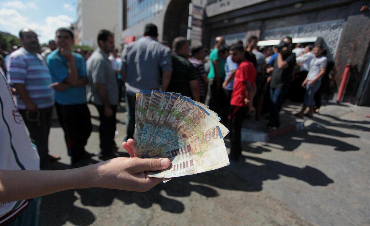 غزة: هام بشأن رواتب موظفي السلطة المقطوعة رواتبهم