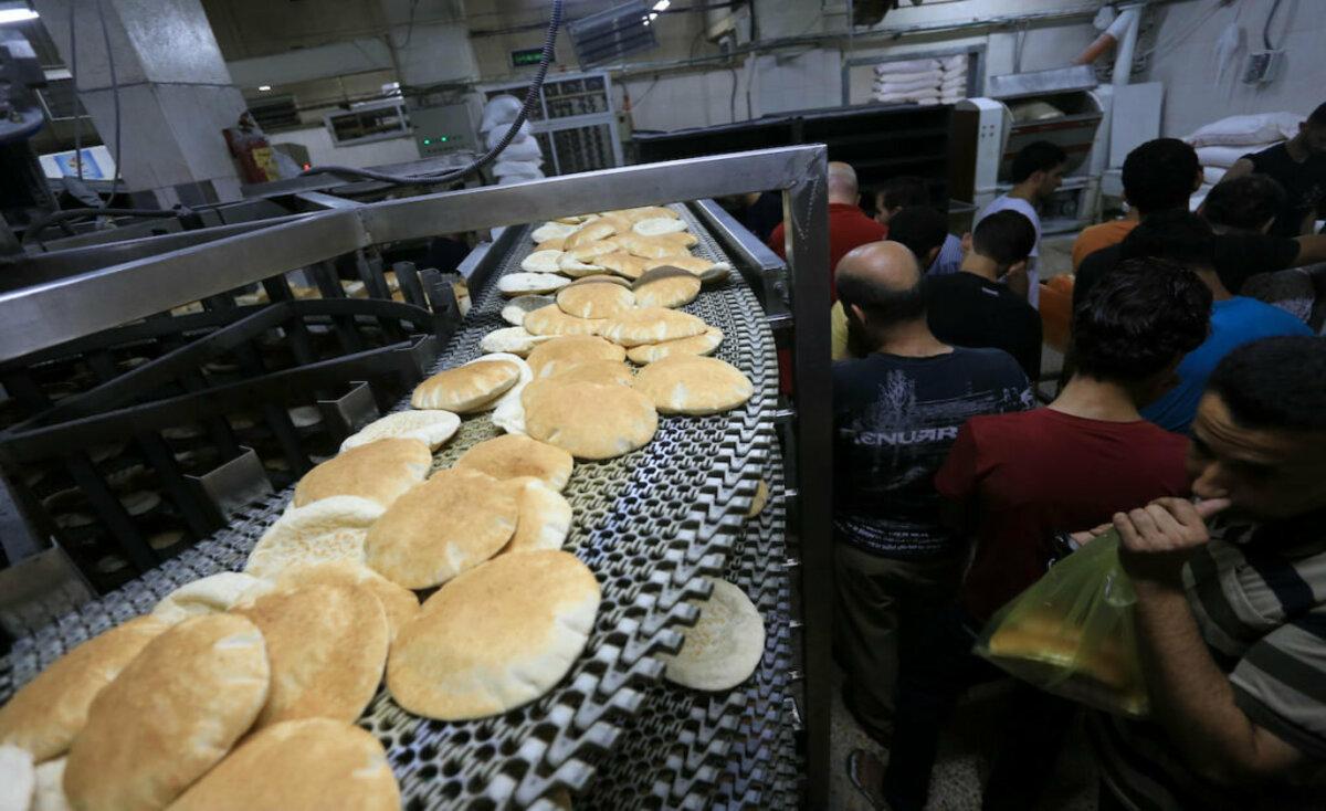 """غزة: الجباية والرسوم الضريبية تطال الخبز.. وصحن السَلَطة بات """"رفاهية"""""""