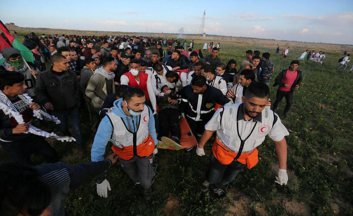 """المسعفة """"عاشور"""" من غزة: إنقاذ الروح معركةٌ مدتها 3 دقائق"""