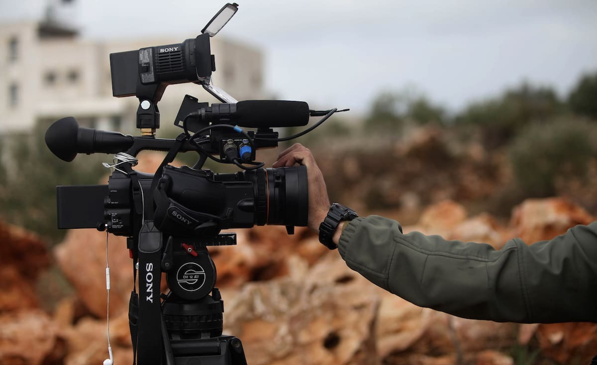 شركات إعلامية تنهار: الصحافة لا تُطعم خبزًا في غزة