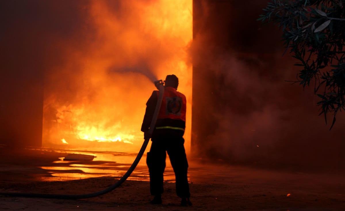 شاب فلسطيني من غزة يحرق نفسه