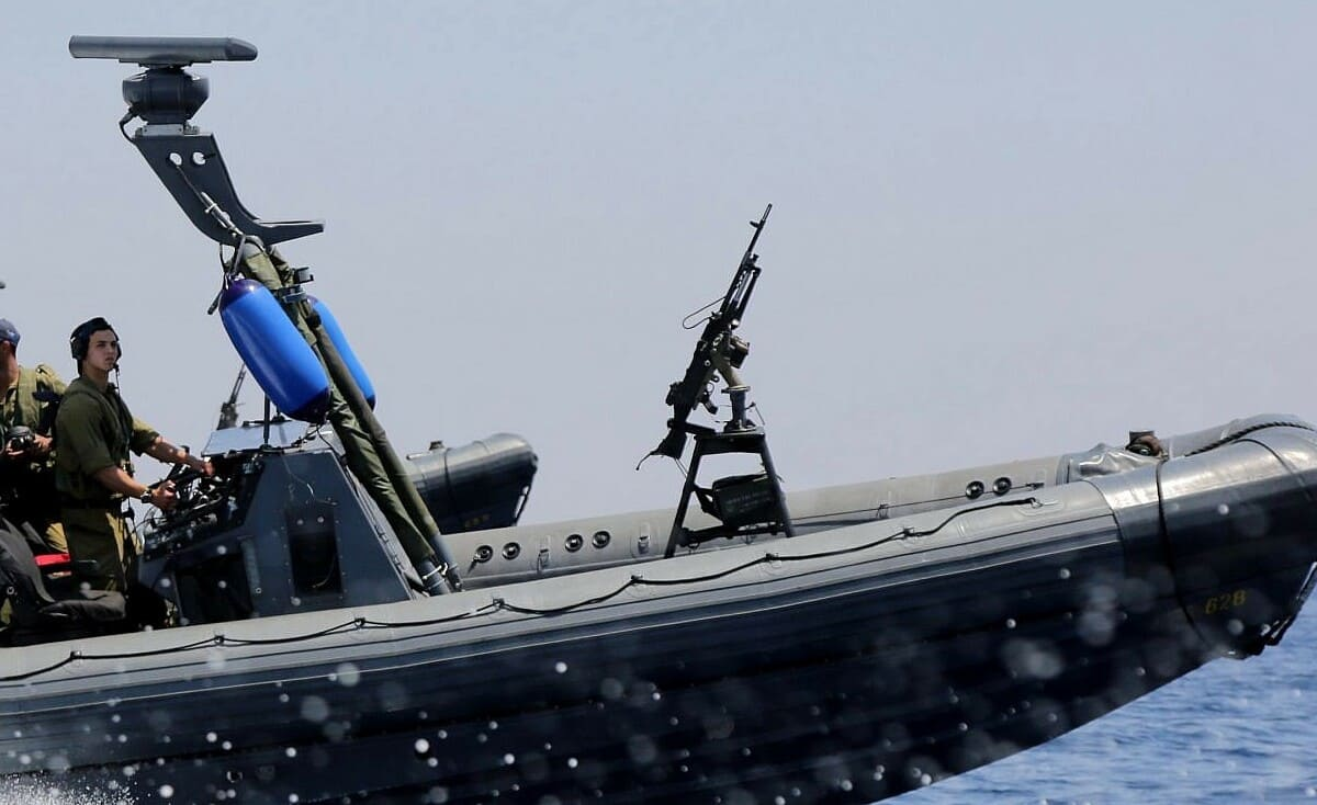 نيران إسرائيلية تُصيب صياد ونجله ببحر غزة