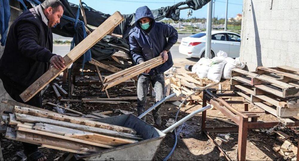 تدوير صناديق البضائع الفارغة في غزة وظيفة من رحم الحصار