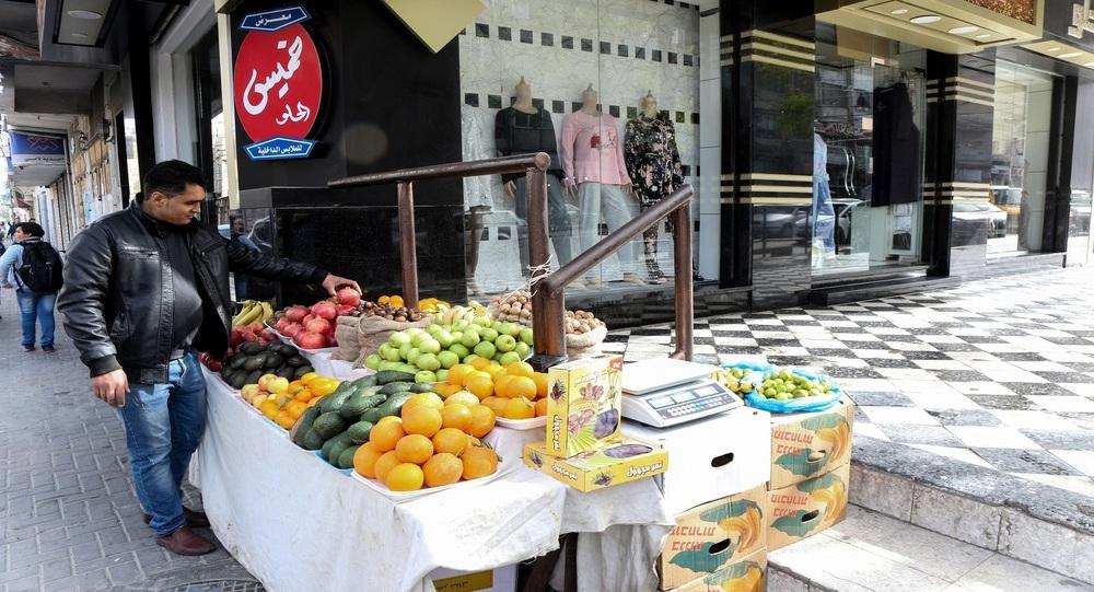 """الأزمات تحول نواصي غزة إلى """"متاجر"""" صغيرة"""