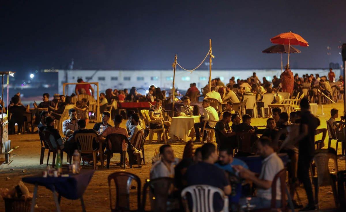 """كاتب من غزة ينتهي به الأمر بائعاً على """"بسطة"""": """"أخجل حين يمر أحد زملائي"""""""