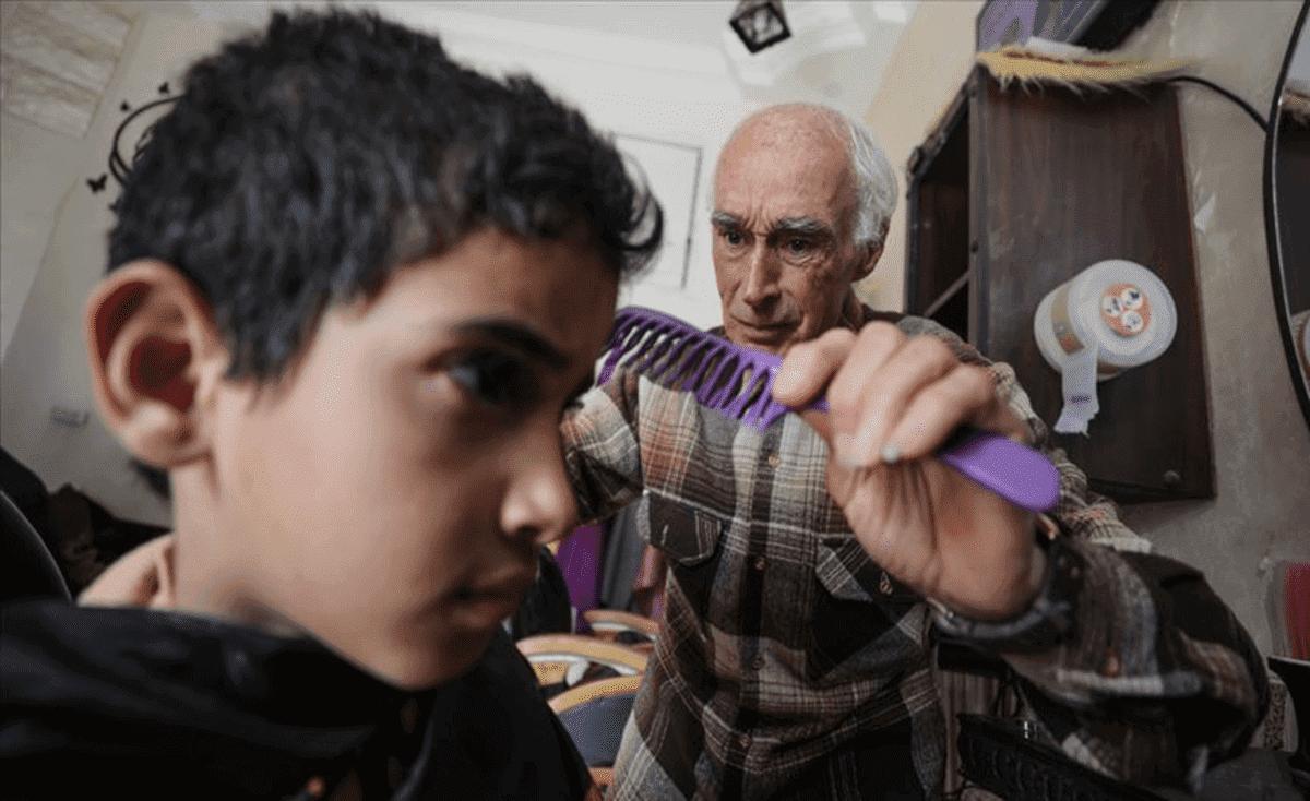"""""""ختيار الحلاقين"""" بغزة.. 60 عاماً من القصات والحكايات"""