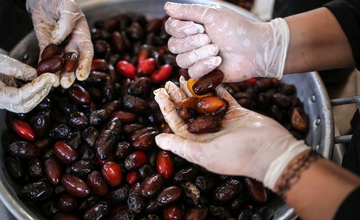 """فلسطينيات من غزة يعملن في إنتاج """"العجوة"""" طلباً للرزق"""