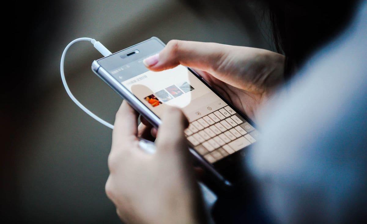 الاحتفاظ بالصور في الهاتف تهديد أمني يلاحق الفتيات في غزة