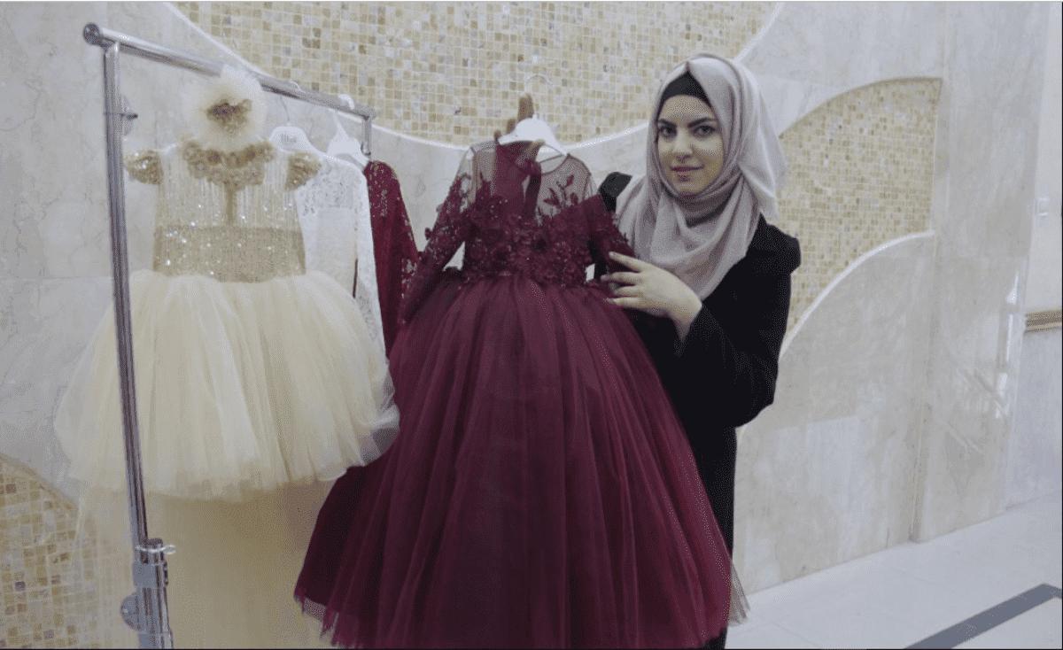 إسراء وشاح.. أول مصممة أزياء للأطفال في غزة