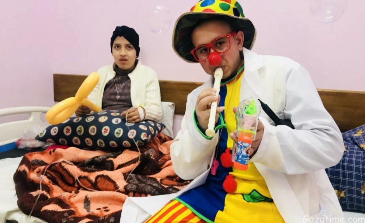 """""""عمو المهرج"""" مصاب بالسرطان ويخفف عن أطفال غزة المرضى"""