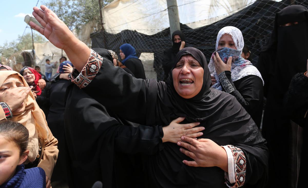 """""""وقفوا.. بدي أشوفه"""".. لحظات مؤثرة في غزة لوالدة الشهيد """"فارس"""""""