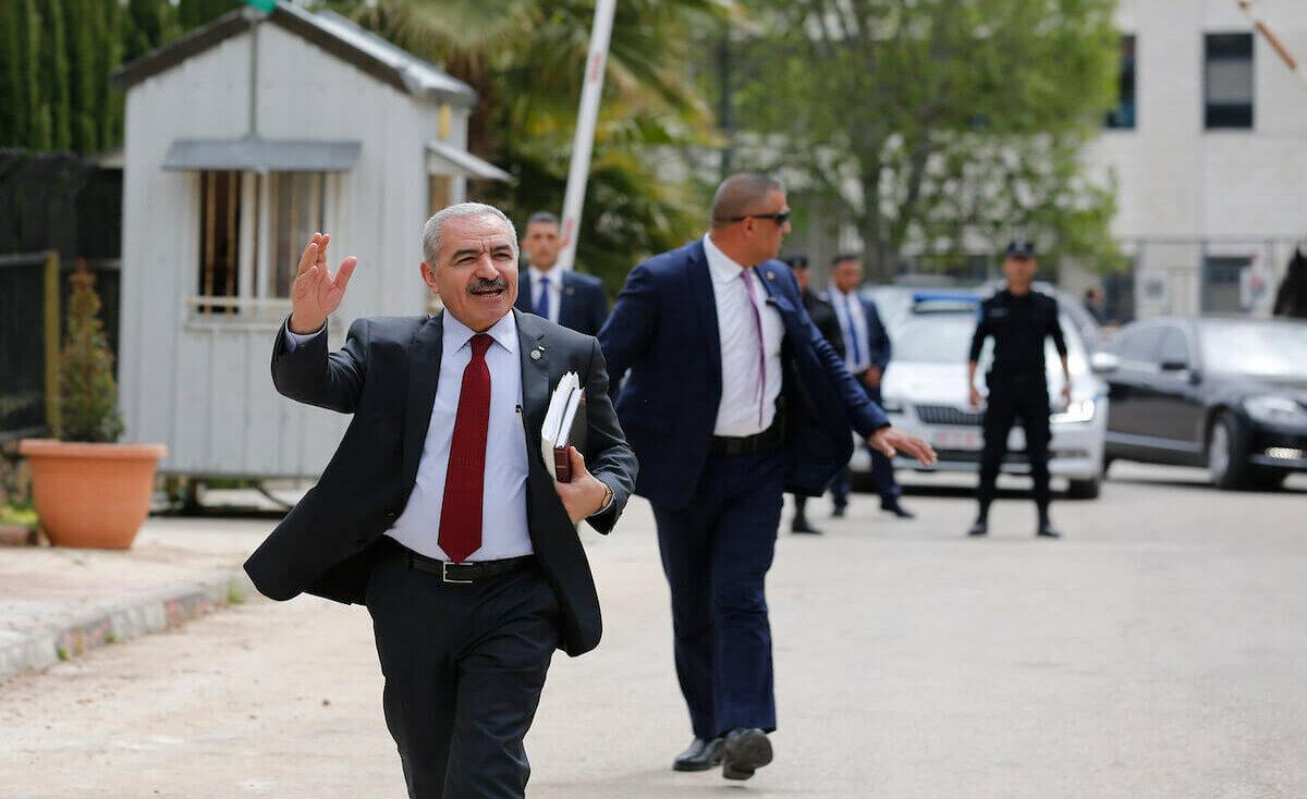 اشتيه يتحدث عن استراتيجية الحكومة بالضفة وغزة في أول جلسة للوزراء
