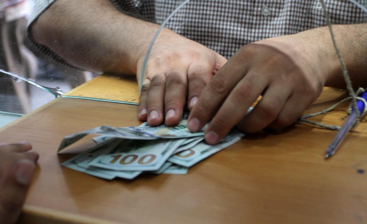 معيقات جديدة في غزة على صرف الحوالات المالية