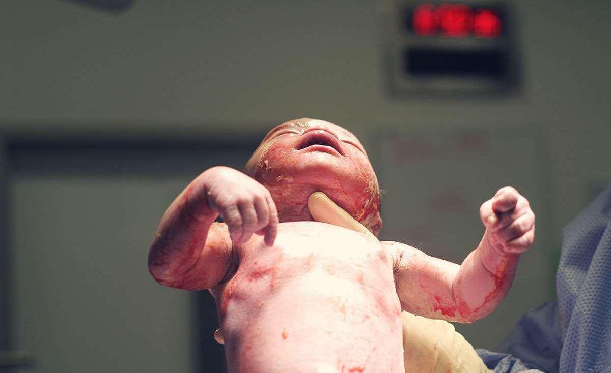 كيف توفيت السيدة إيمان معمر أثناء ولادتها في مستشفيات غزة؟