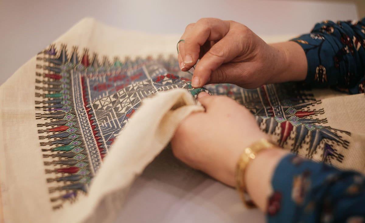 """""""يديها""""… فتيات فلسطينيات من غزة يطرزن بلمسة عصرية"""