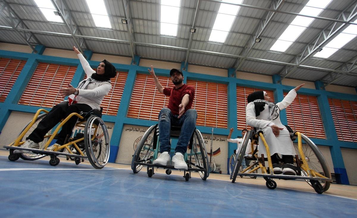 غزة: ذوو الاحتياجات الخاصة يرقصون الدبكة على كراسيهم المتحركة
