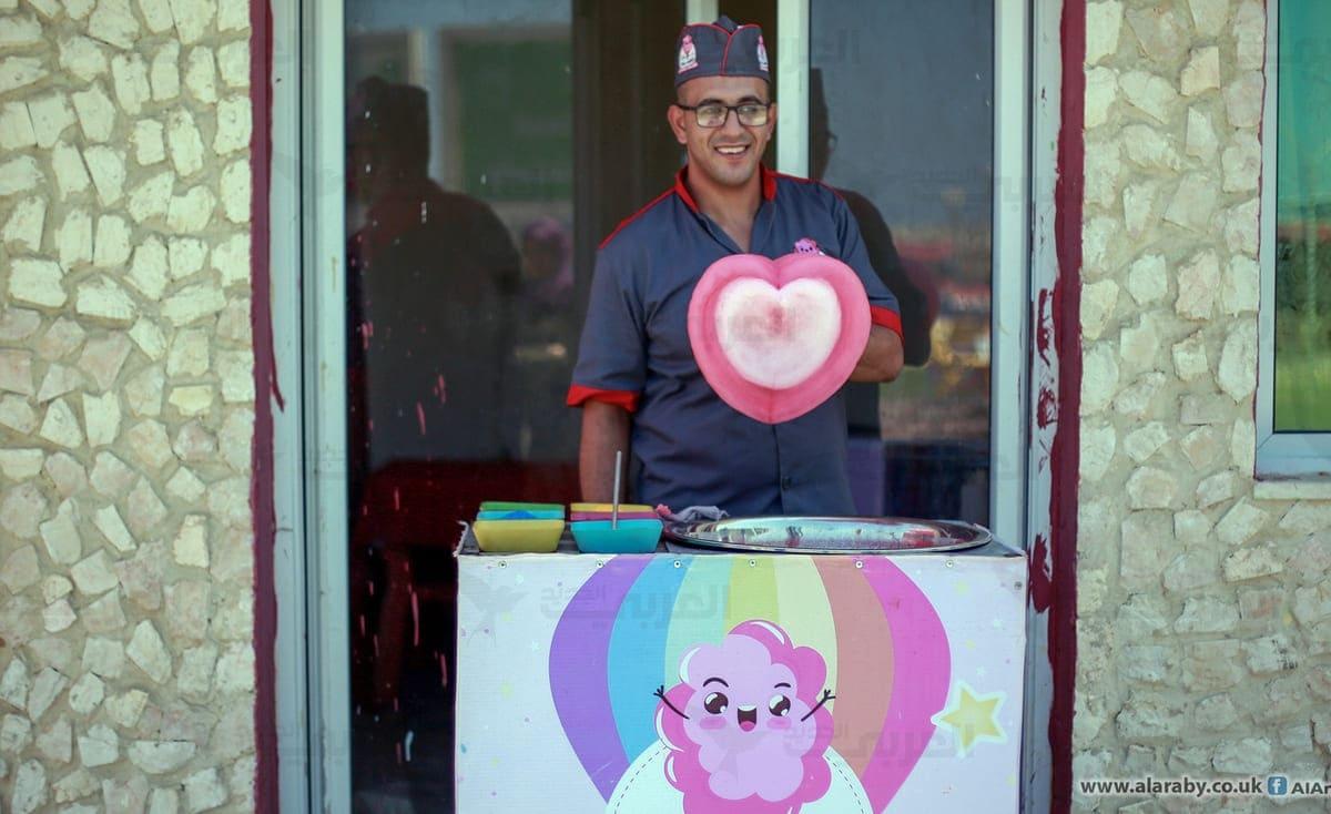 """""""صانع السعادة"""" في غزة… غزل البنات بأشكال فنية"""