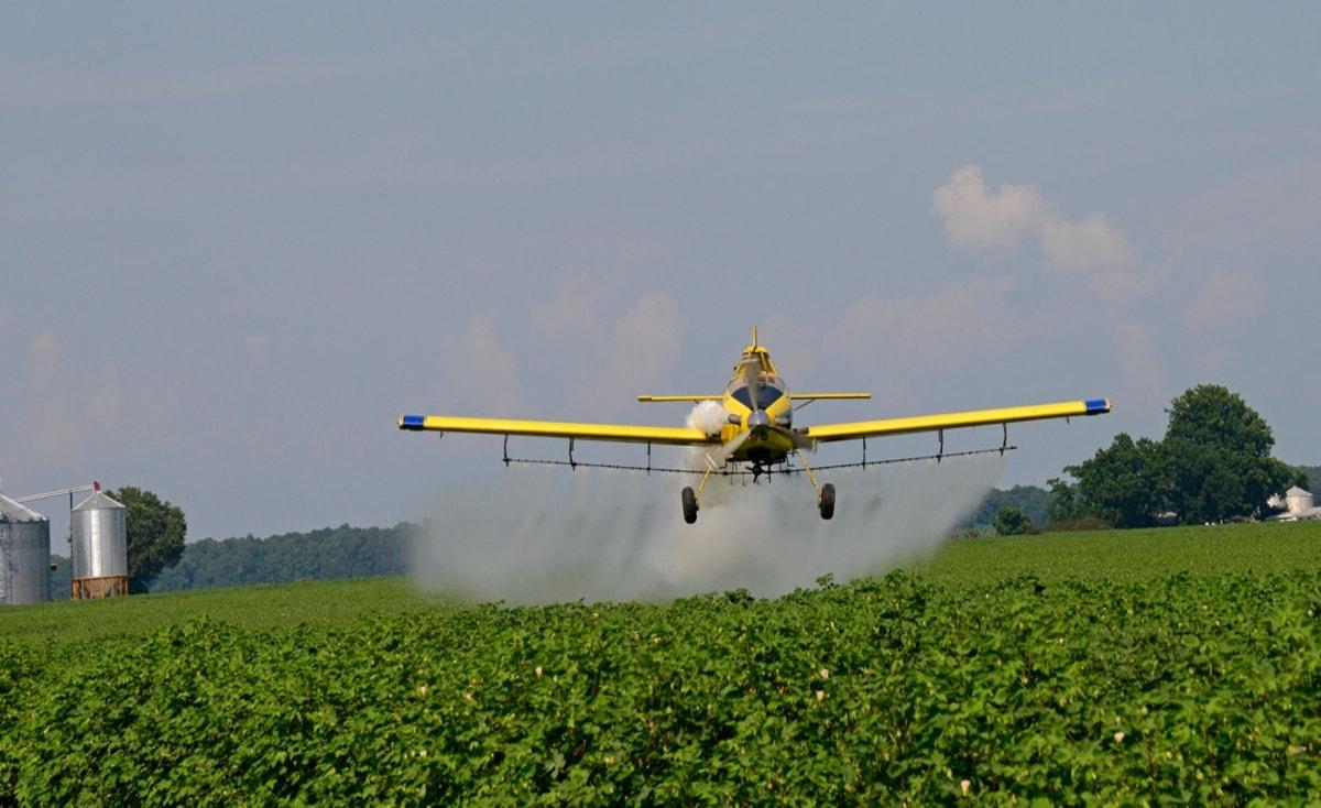خطر من الجو.. الطائرات الإسرائيلية تهدد المحاصيل الزراعية بغزة