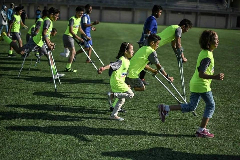 أطفال فلسطينيون من ذوي البتر يمارسون كرة القدم
