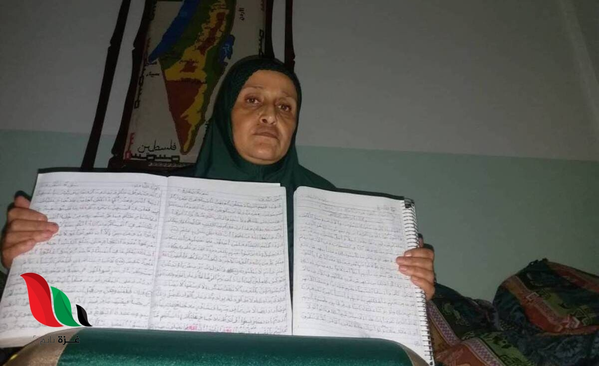 سيدة غزية تنسخ القرآن مرتين في 6 أشهر
