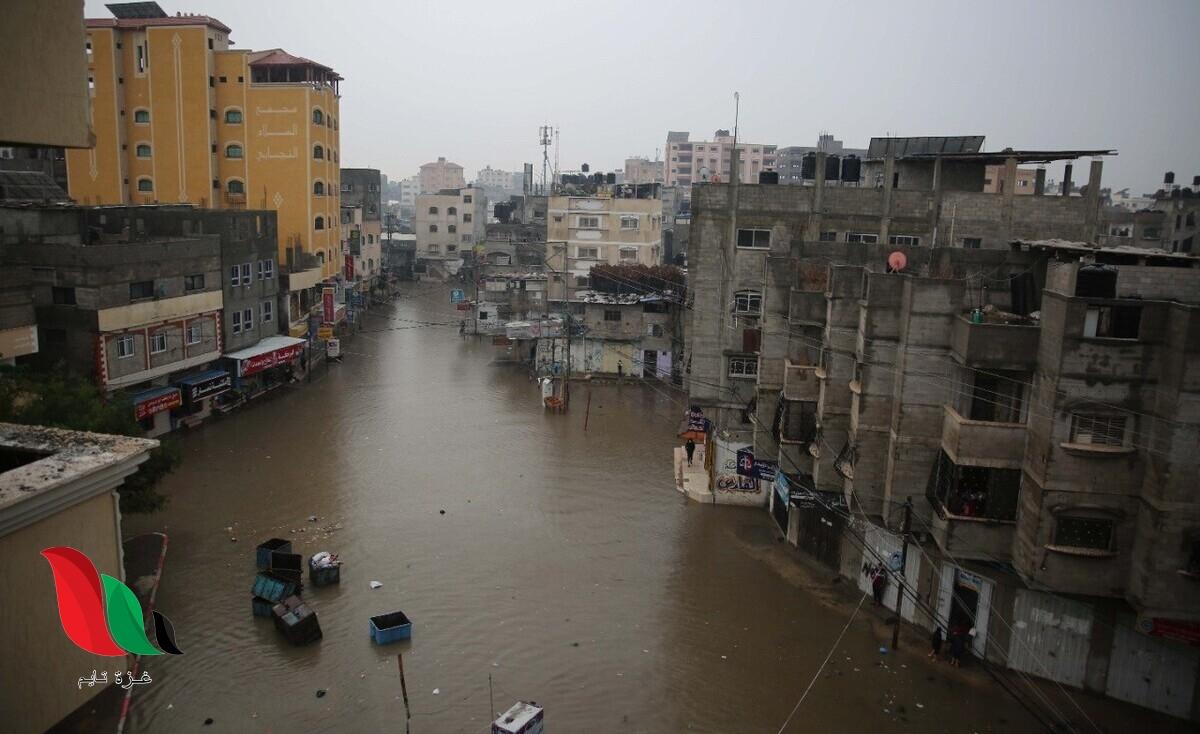 بلدية غزة تعالج أثار المنخفض الجوي وتصرف مياه الأمطار
