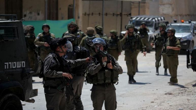إسرائيل تحتجز حاكم القدس وتحذر من مواجهة المستوطنين