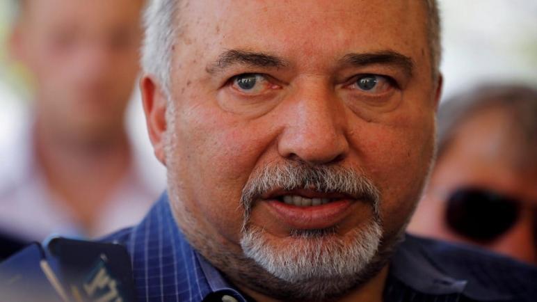 ليبرمان: نتنياهو سيرد على صواريخ غزة بتمرير حقائب الدولار