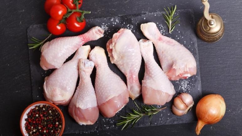 علماء أمريكيون يحذِّرون من خطورة غسل اللحوم قبل طبخها
